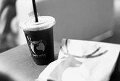 スターバックスに襲いかかる、謎の 「コーヒー起業家」の正体